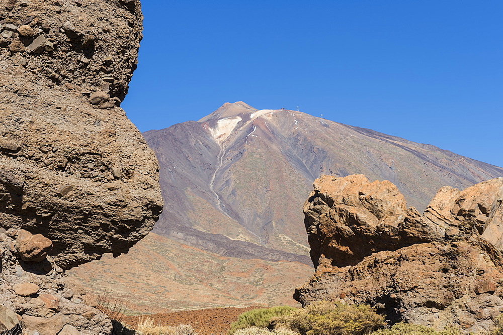 Mount Teide volcano viewed from the Roques de Garcia, Teide National Park, UNESCO World Heritage Site, Tenerife, Canary Islands, Spain, Europe