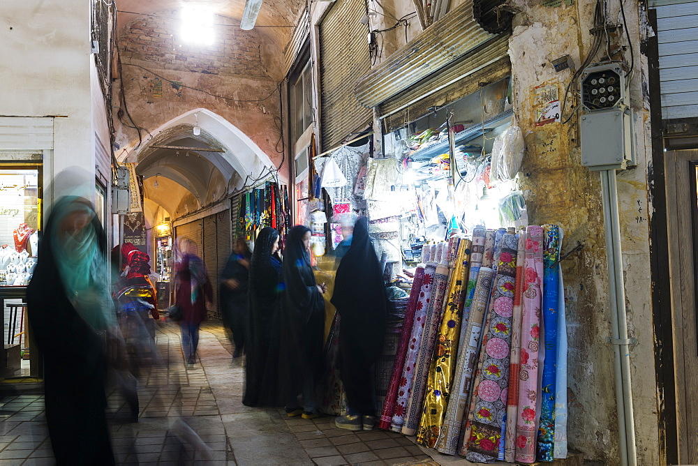 People and shops in the old Kashan bazaar, Isfahan Province, Islamic Republic of Iran, Middle East - 1131-1276