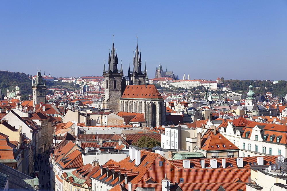 View over the Old Town (Stare Mesto) with Old Town Hall, Tyn Cathedral (Church of Our Lady Before Tyn) to Castle District with Royal Palace and St. Vitus Cathedral, Prague, Bohemia, Czech Republic, Europe