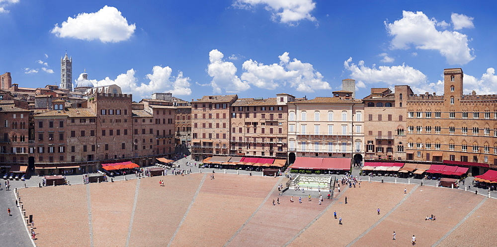 Piazza del Campo with Santa Maria Assunta Cathedral on skyline, Siena, UNESCO World Heritage Site, Siena Province, Tuscany, Italy, Europe
