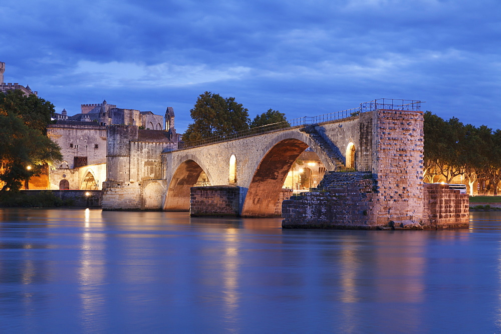 Bridge St. Benezet over Rhone River with Papal Palace, UNESCO World Heritage Site, Avignon, Vaucluse, Provence, Provence-Alpes-Cote d'Azur, Southern France, France, Europe
