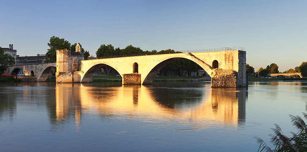 Bridge St. Benezet over Rhone River at sunset, UNESCO World Heritage Site, Avignon, Vaucluse, Provence, Provence-Alpes-Cote d'Azur, France, Europe