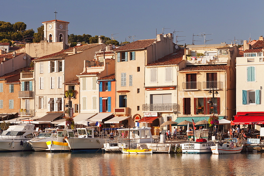 Fishing boats in harbour and restaurants on the waterfront, tCassis, Provence, Provence-Alpes-Cote d'Azur, France, Mediterranean, Europe