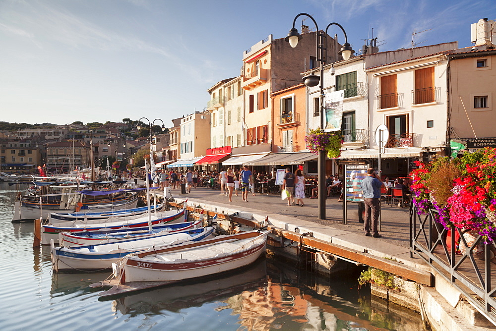 Fishing boats at the harbour, restautants and street cafes on the promenade, Cassis, Provence, Provence-Alpes-Cote d'Azur, Southern France, France, Mediterranean, Europe