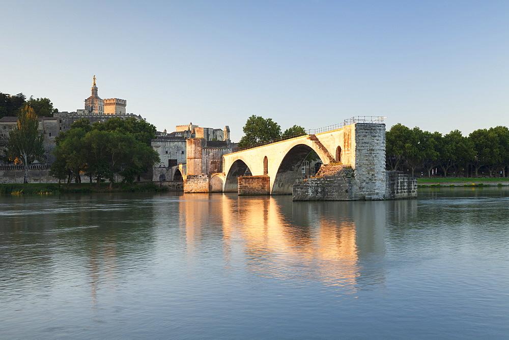 Bridge St. Benezet over Rhone River with Notre Dame des Doms Cathedral and Papal Palace at sunrise, UNESCO World Heritage Site, Avignon, Vaucluse, Provence-Alpes-Cote d'Azur, France, Europe