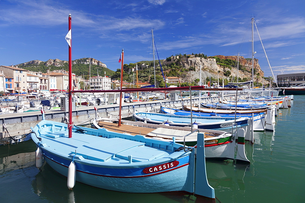 Fishing boats at the harbour, castle in the background, Cassis, Provence, Provence-Alpes-Cote d'Azur, France, Mediterranen, Europe