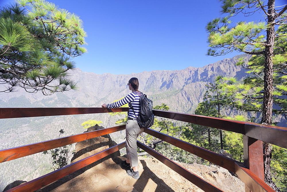 Hiker at Mirador de la Cumbrecita looking into Caldera de Taburiente, Parque Nacional de la Caldera de Taburiente, UNESCO Biosphere Reserve, La Palma, Canary Islands, Spain, Europe