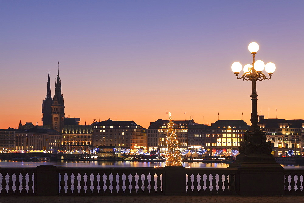 View over Binnenalster Lake (Inner Alster) to the christmas market at Jungfernstieg and City Hall, Hamburg, Hanseatic City, Germ