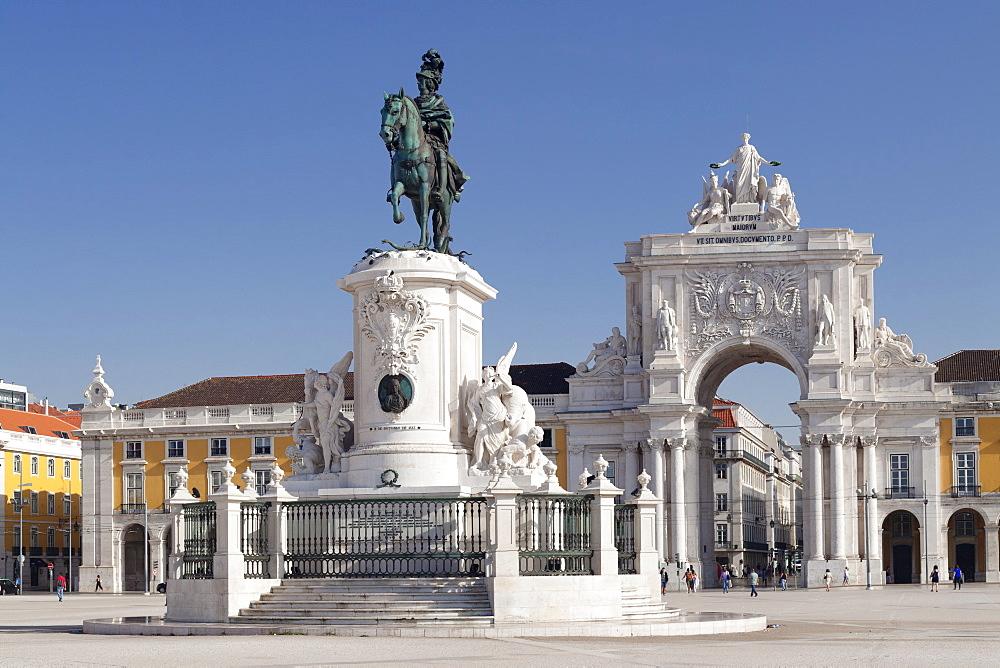 Arco da Rua Augusta triumphal arch, King Jose I Monument, Praca do Comercio, Baixa, Lisbon, Portugal, Europe