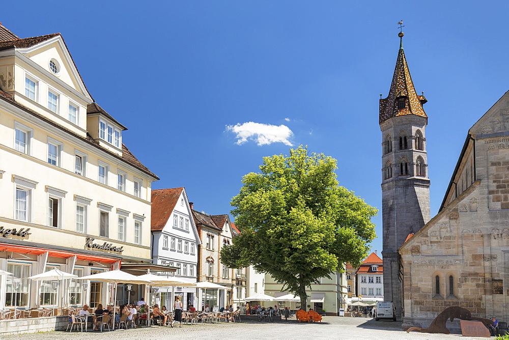 Street cafe at Johannisplatz square, Johanniskirche church, Schwaebisch-Gmuend, Baden-Wuerttemberg, Germany