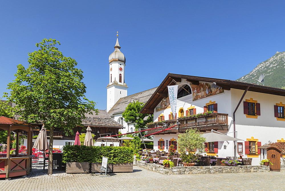 Cafe, Mohrenplatz, with St. Martin Church, Garmisch-Partenkirchen, Upper Bavaria, Bavaria, Germany, Europe