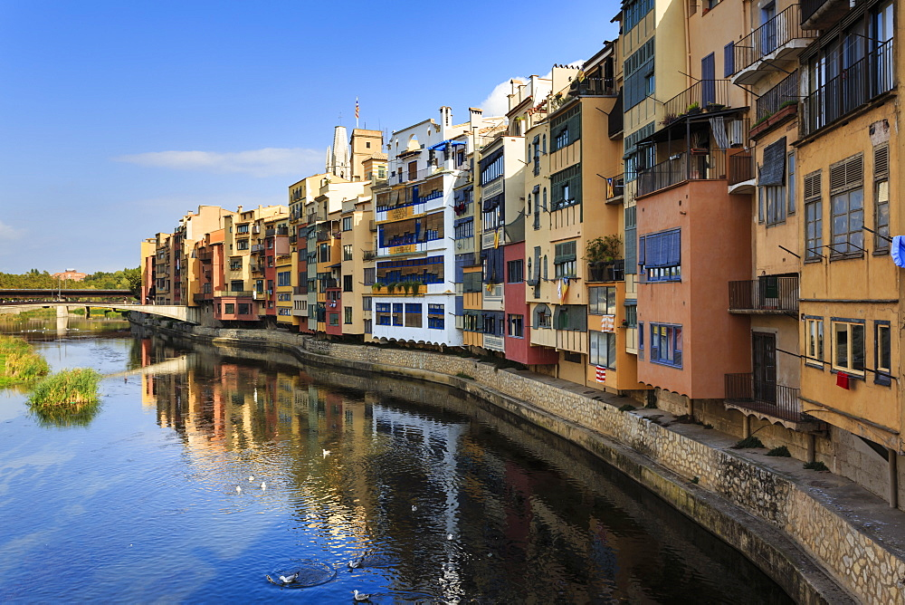 Distinctive historic colourful arcaded houses and Onyar River, Girona, Girona Province, Catalonia, Spain, Europe