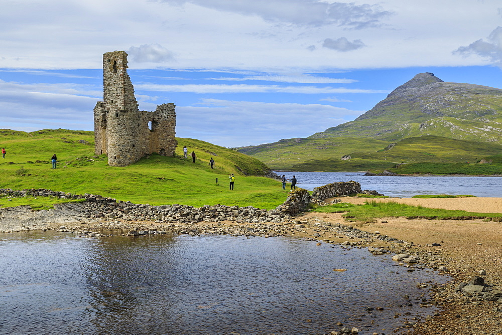 Visitors at Ardvreck Castle, mountain landscape, Loch Assynt, Sutherland, Summer, Scottish Highlands, Scotland, United Kingdom