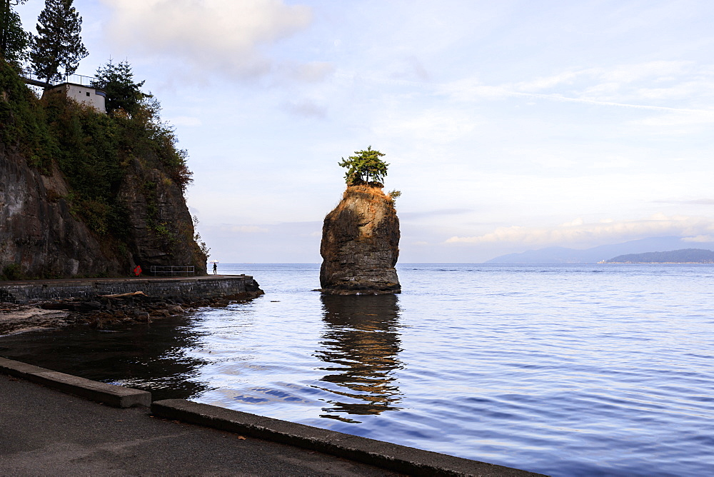 Siwash Rock and Stanley Park Seawall, Vancouver City, British Columbia, Canada, North America