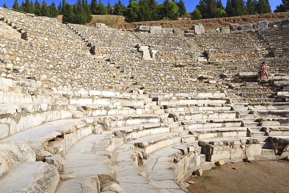 Tourist sits in the Odeon, Bouleuterion (small theatre), ancient Ephesus, near Kusadasi, Anatolia, Turkey, Asia Minor, Eurasia