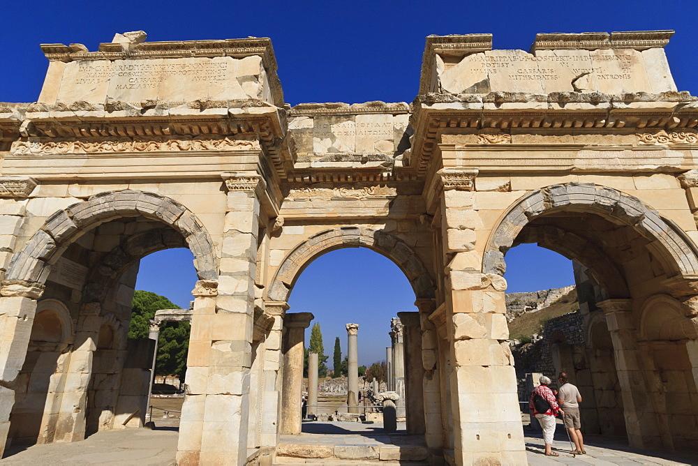 Couple at Mazeus and Mithriadates Gate, Roman ruins of ancient Ephesus, near Kusadasi, Anatolia, Turkey, Asia Minor, Eurasia