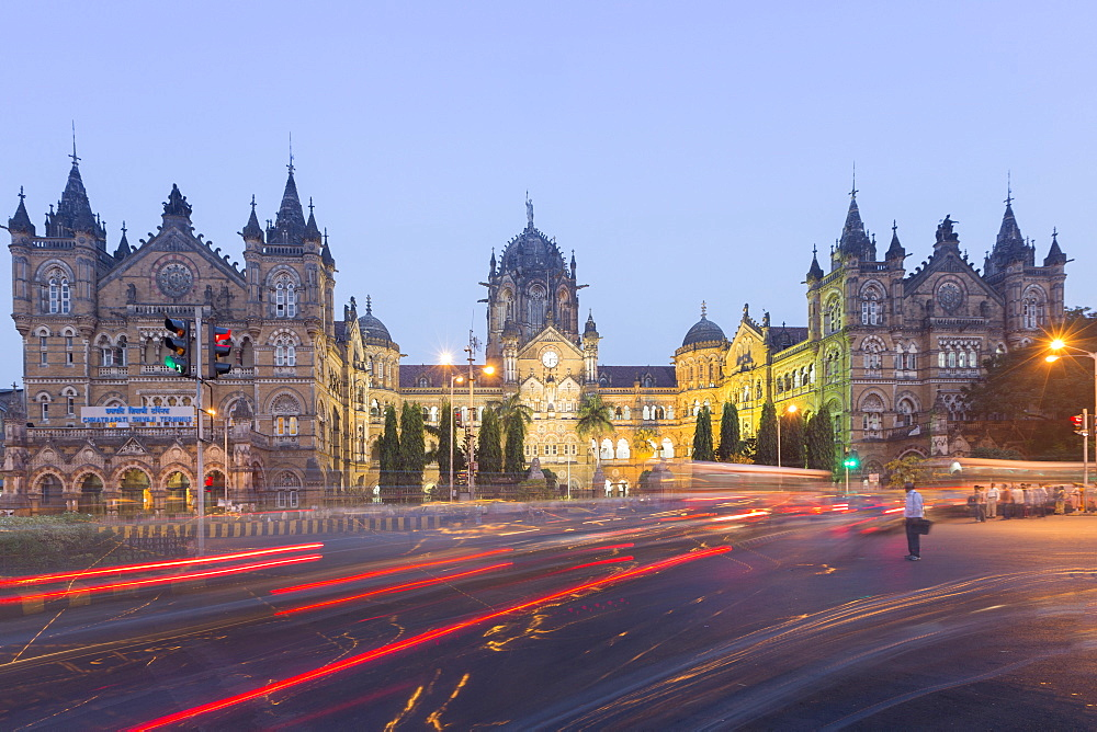 Evening rush hour at the British Raj era Chhatrapati Shivaji Terminus (Victoria Terminus), UNESCO World Heritage Site, Mumbai, Maharashtra, India, Asia