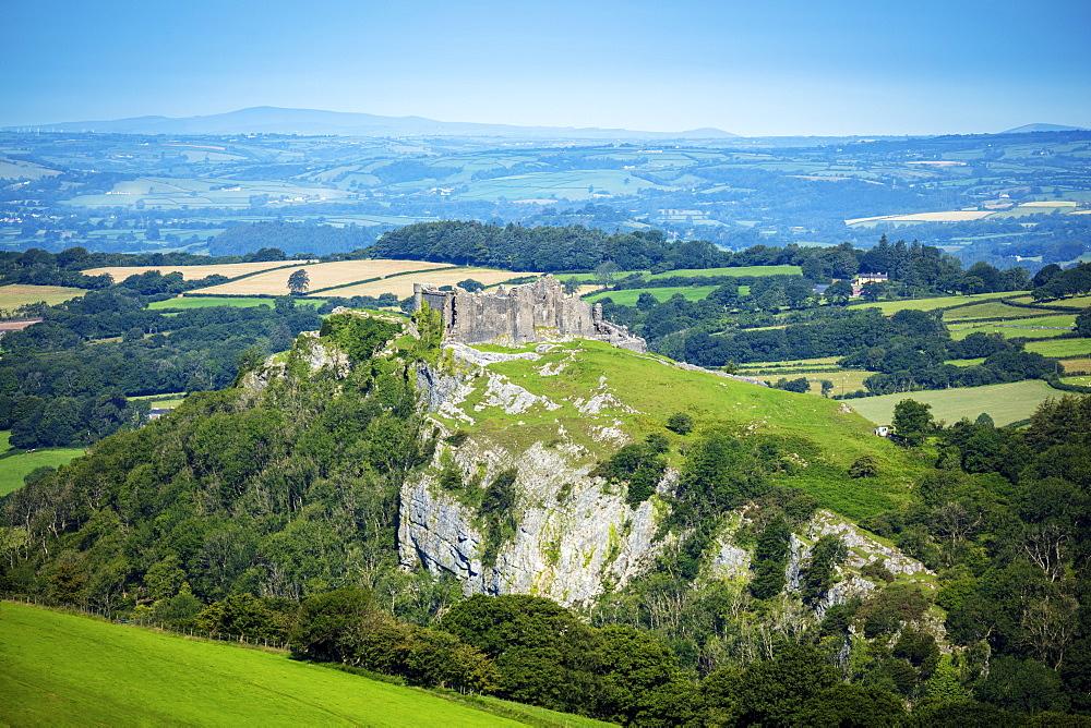 UK, Wales, Carmathenshire, Llandeilo. The hilltop castle at Carreg Cennen in the Brecon Beacons