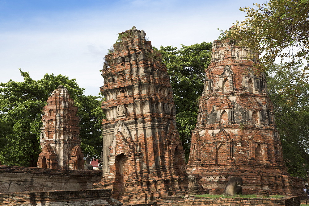 Khmer style prangs (stupas) (chedis) at Wat Mahathat, Ayutthaya, UNESCO World Heritage Site, Thailand, Southeast Asia, Asia