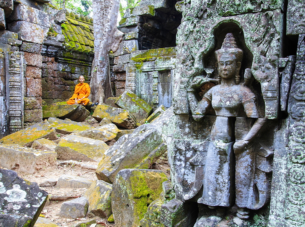 Buddhist monk sitting in a ruined temple in Angkor, UNESCO World Heritage Site, Siem Reap, Cambodia, Indochina, Southeast Asia, Asia - 1176-924