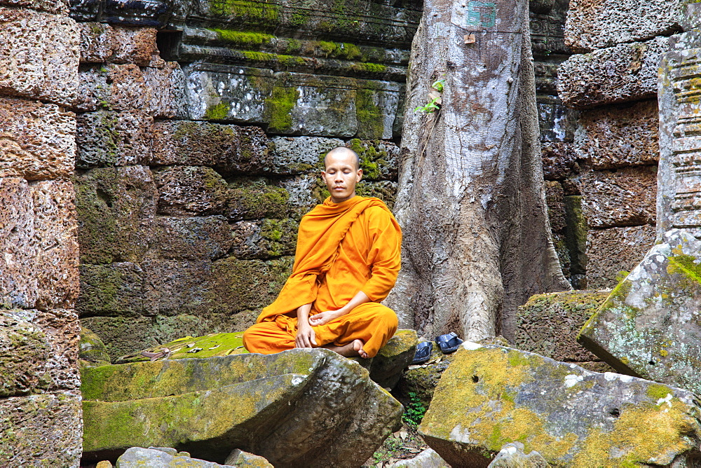Buddhist monk sitting in a ruined temple in Angkor, UNESCO World Heritage Site, Siem Reap, Cambodia, Indochina, Southeast Asia, Asia - 1176-926