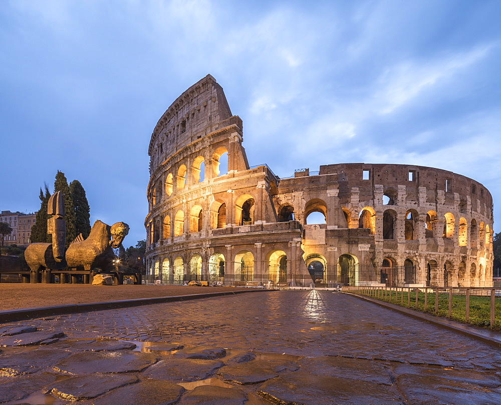 Dusk lights on the Colosseum (Flavian Amphitheatre), UNESCO World Heritage Site, Rome, Lazio, Italy, Europe
