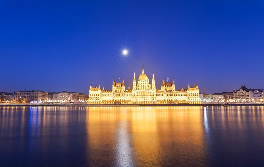 Parliament Building and River Danube at dusk, Budapest, Hungary, Europe