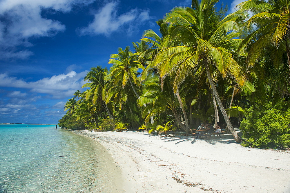 White sand bank in the turquoise waters of the Aitutaki lagoon, Rarotonga and the Cook Islands, South Pacific, Pacific