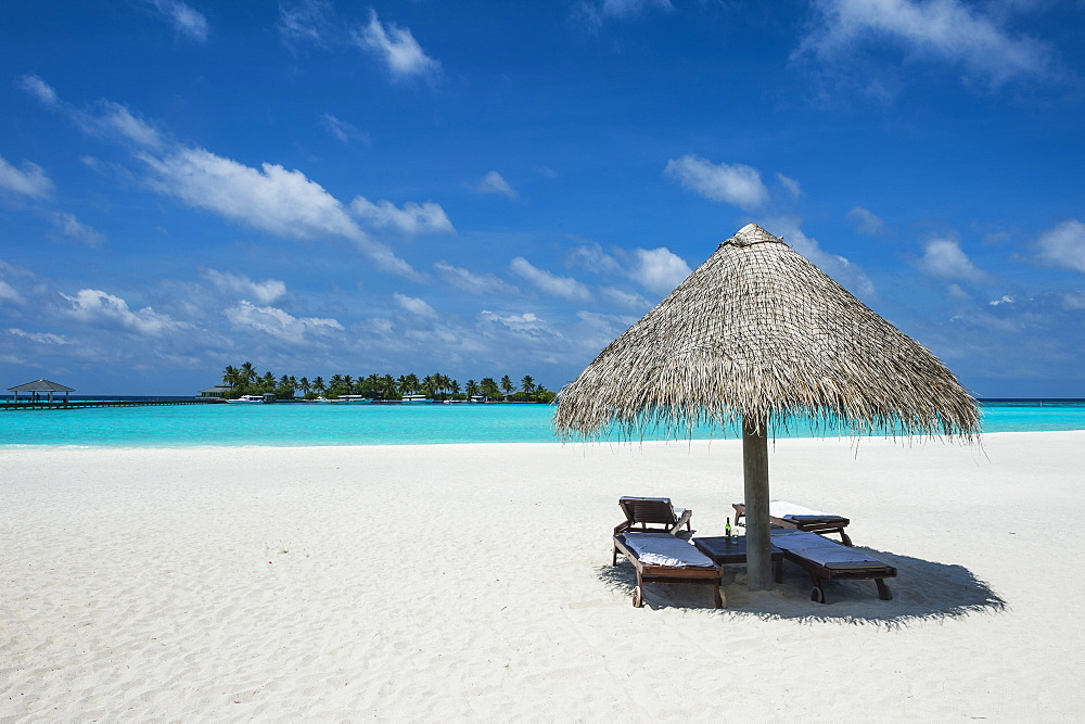 Parasol on a white sand beach and turquoise water, Sun Island Resort, Nalaguraidhoo island, Ari atoll, Maldives