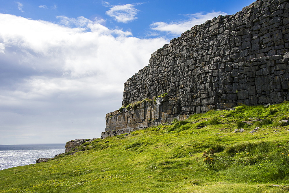 Dun Duchathairin, large stone fort on Inishmore Arainn, Aaran Islands, Republic of Ireland, Europe