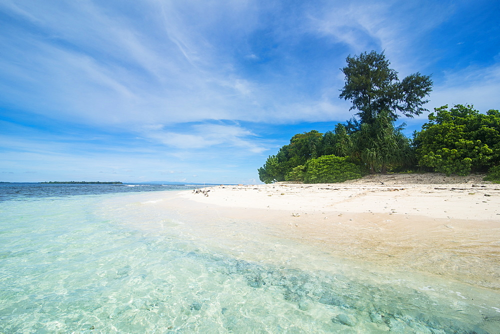 Turquoise water and white sand beach at the stunning little island of Ral off the coast of Kavieng, New Ireland, Papua New Guinea, Pacific
