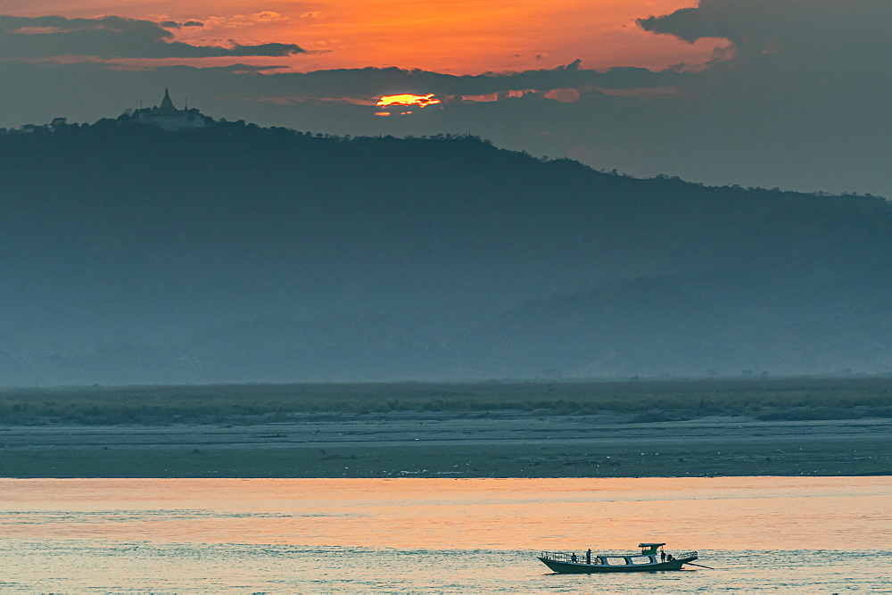 Sunset over the Irrawaddy river, Bagan (Pagan), Myanmar (Burma), Asia