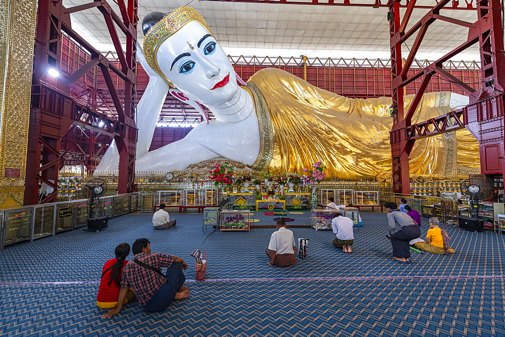 Pilgrims praying before the reclining Buddha in the Chaukhtatgyi Buddha Temple, Yangon (Rangoon), Myanmar (Burma), Asia