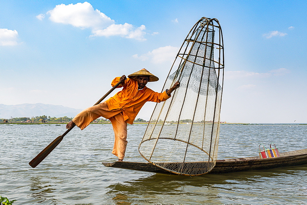 Fisherman at Inle Lake with traditional Intha conical net, fishing net, leg rowing style, Intha people, Inle Lake, Shan state, Myanmar (Burma), Asia