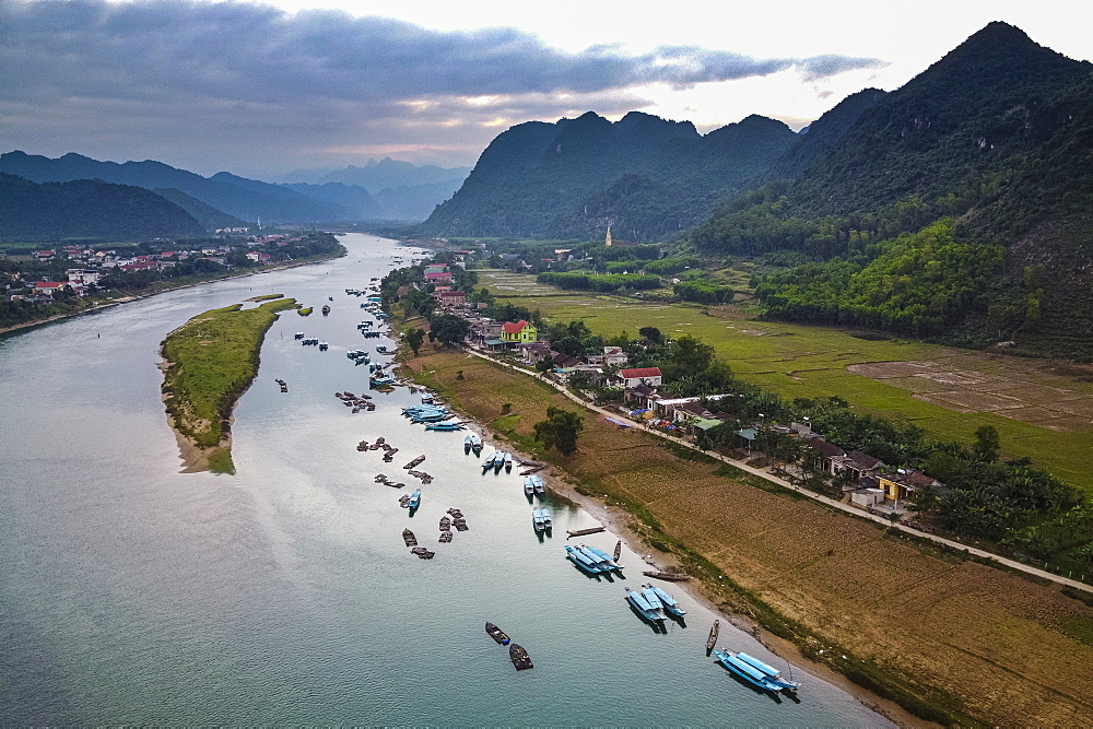 Aerial of the Song Con River with the limestone mountains in the background, Phong Nha-Ke Bang National Park, UNESCO World Heritage Site, Vietnam, Indochina, Southeast Asia, Asia - 1184-4244