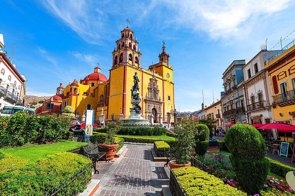 Monumento a La Paz before the Basílica Colegiata de Nuestra Senora, Unesco site Guanajuato, Mexico - 1184-5398