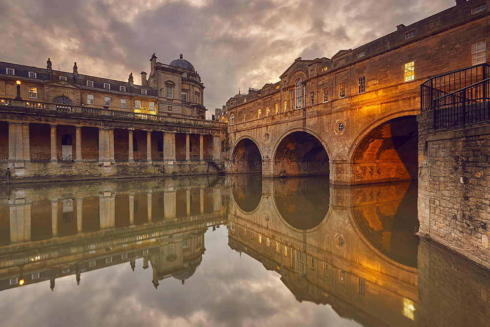 A dusk view of the unique 18th century Pulteney Bridge spanning the River Avon, in the heart of Bath, Somerset, Great Britain.