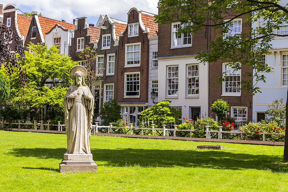 The Begijnhof, one of the oldest inner courts in Amsterdam, Amsterdam, Netherlands, Europe
