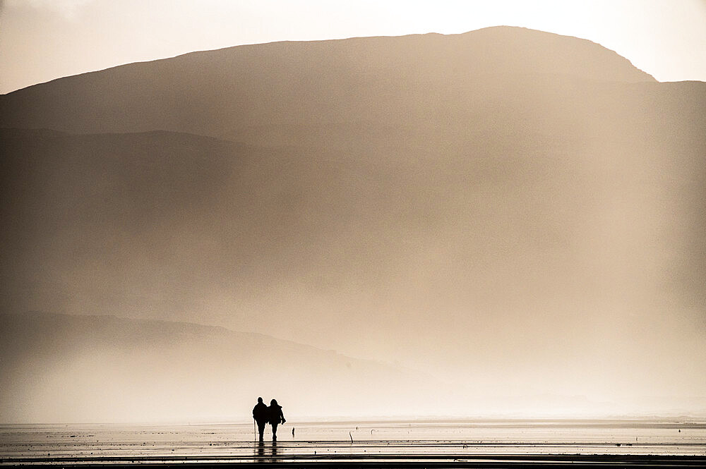 Couple taking a Sunday afternoon walk on Traigh Eais, Barra, Outer Hebrides, Scotland. - 1209-190