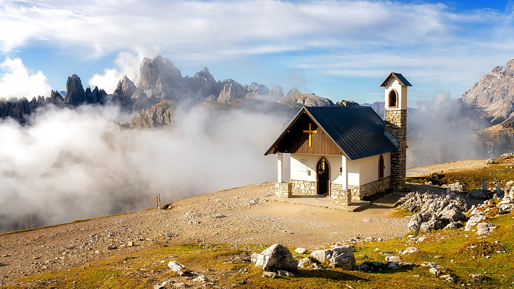 Small church with the Cadini di Misurina mountain range in the background, Dolomites, Italy, Europe
