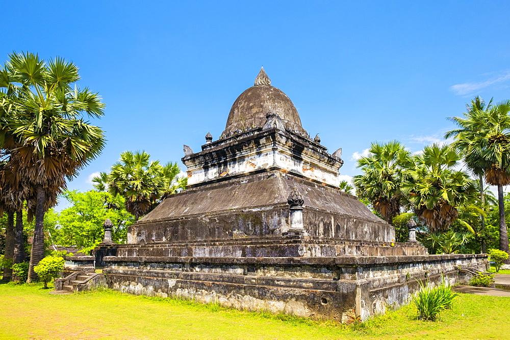Singhalese style That Makmo stupa in front of Wat Wisunalat, Luang Prabang, Louangphabang Province, Laos, Indochina, Southeast Asia, Asia