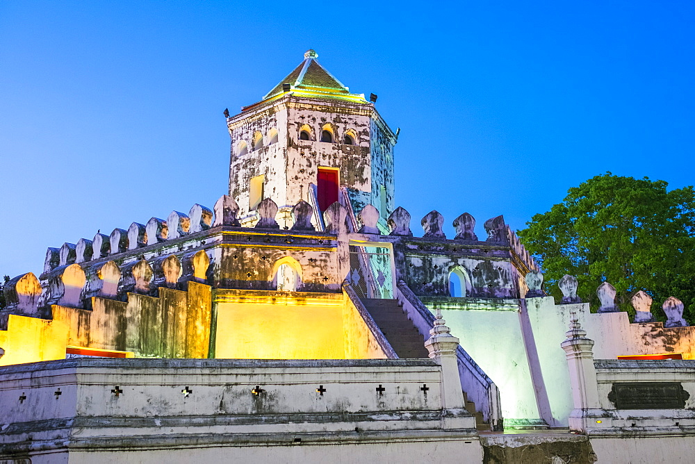 Phra Sumen Fort (Pom Pra Sumen) at night, Bangkok, Thailand, Southeast Asia, Asia