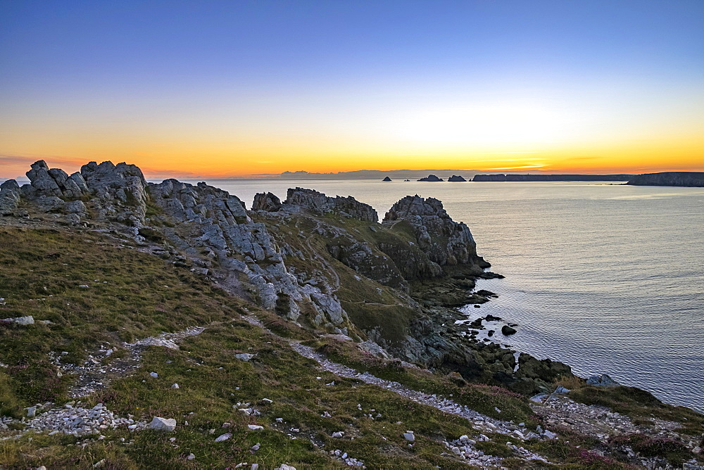 Pointe de Dinan on the Presqu'ile de Crozon at sunset, Crozon, Parc Naturel Regional d'Armorique, Finistere, Brittany, France, Europe