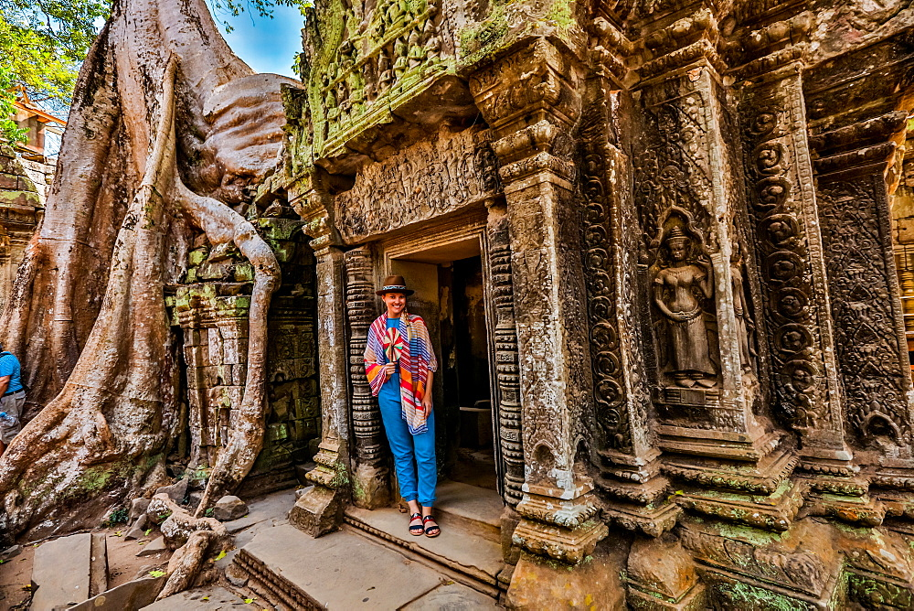 Woman tourist at Angkor Wat, Angkor, UNESCO World Heritage Site, Siem Reap, Cambodia, Indochina, Southeast Asia, Asia