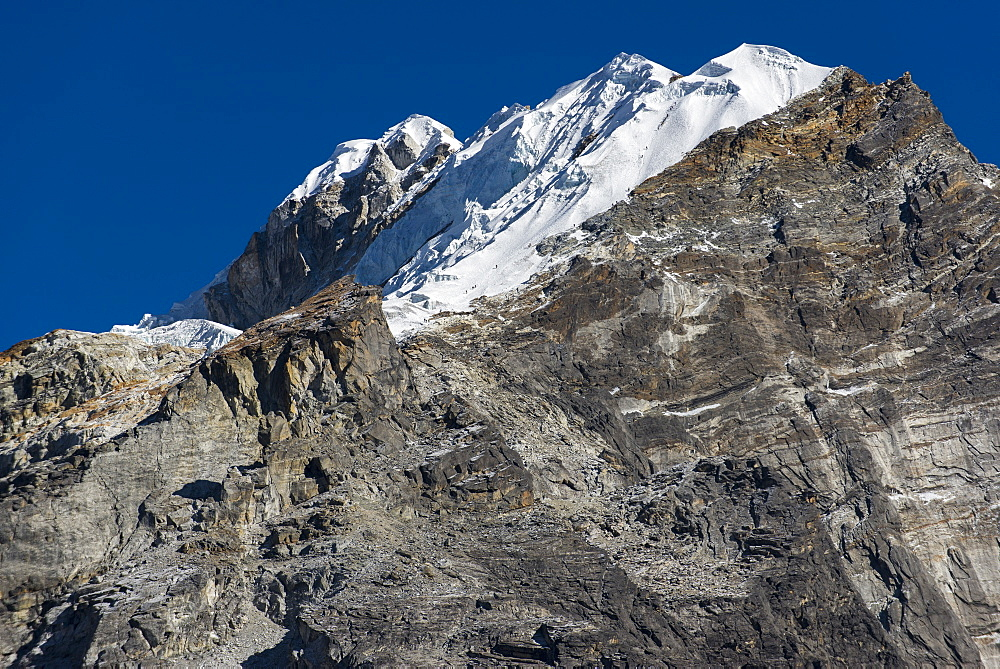 Climbers make their way to the summit of Lobuche, a 6119m peak in the Khumbu (Everest) Region, Nepal, Himalayas, Asia