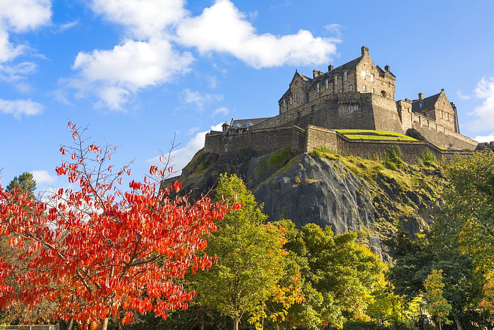 Autumn foliage and Edinburgh Castle, West Princes Street Gardens, Edinburgh, Scotland, United Kingdom, Europe