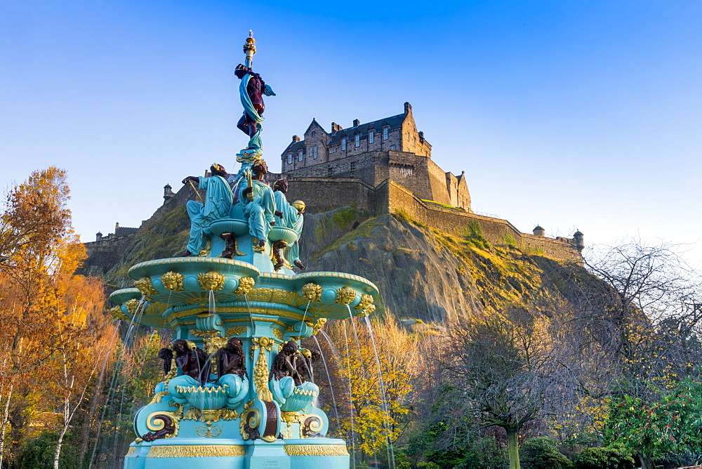 Edinburgh Castle and Ross Fountain, West Princes Street Gardens, Edinburgh, Scotland, United Kingdom, Europe