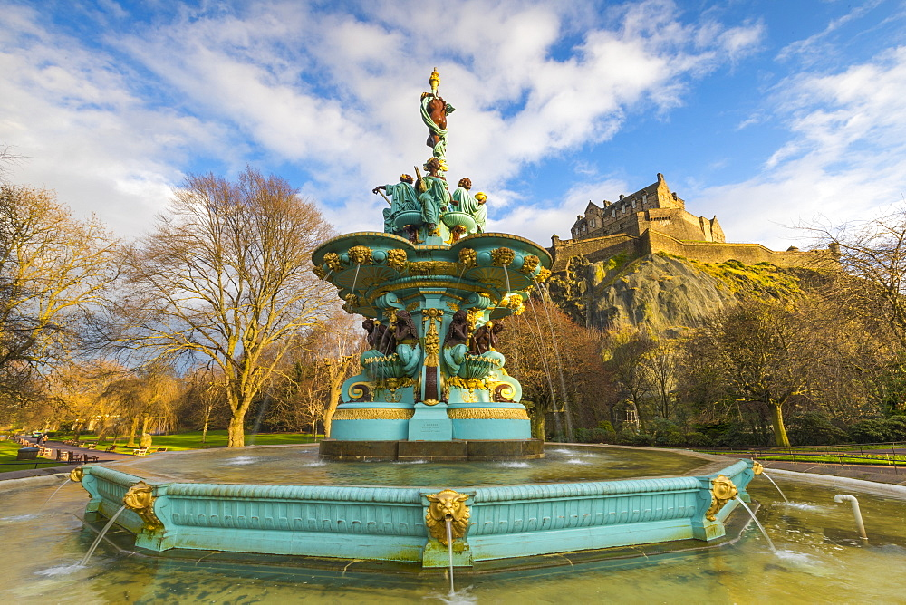 Ross Fountain and Edinburgh Castle, West Princes Street Gardens, Edinburgh, Lothian, Scotland, United Kingdom, Europe