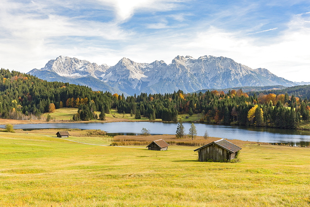 Lodges with Gerold lake and Karwendel Alps in the background, Krun, Upper Bavaria, Bavaria, Germany. - 1251-405