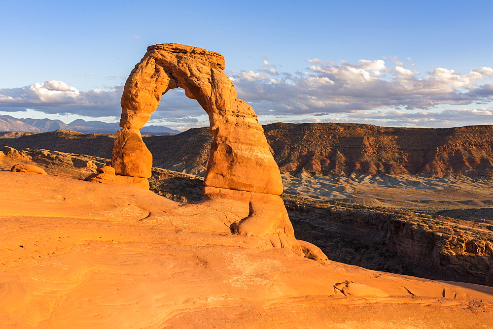 Delicate Arch at golden hour. Arches National Park, Moab, Grand County, Utah, USA.